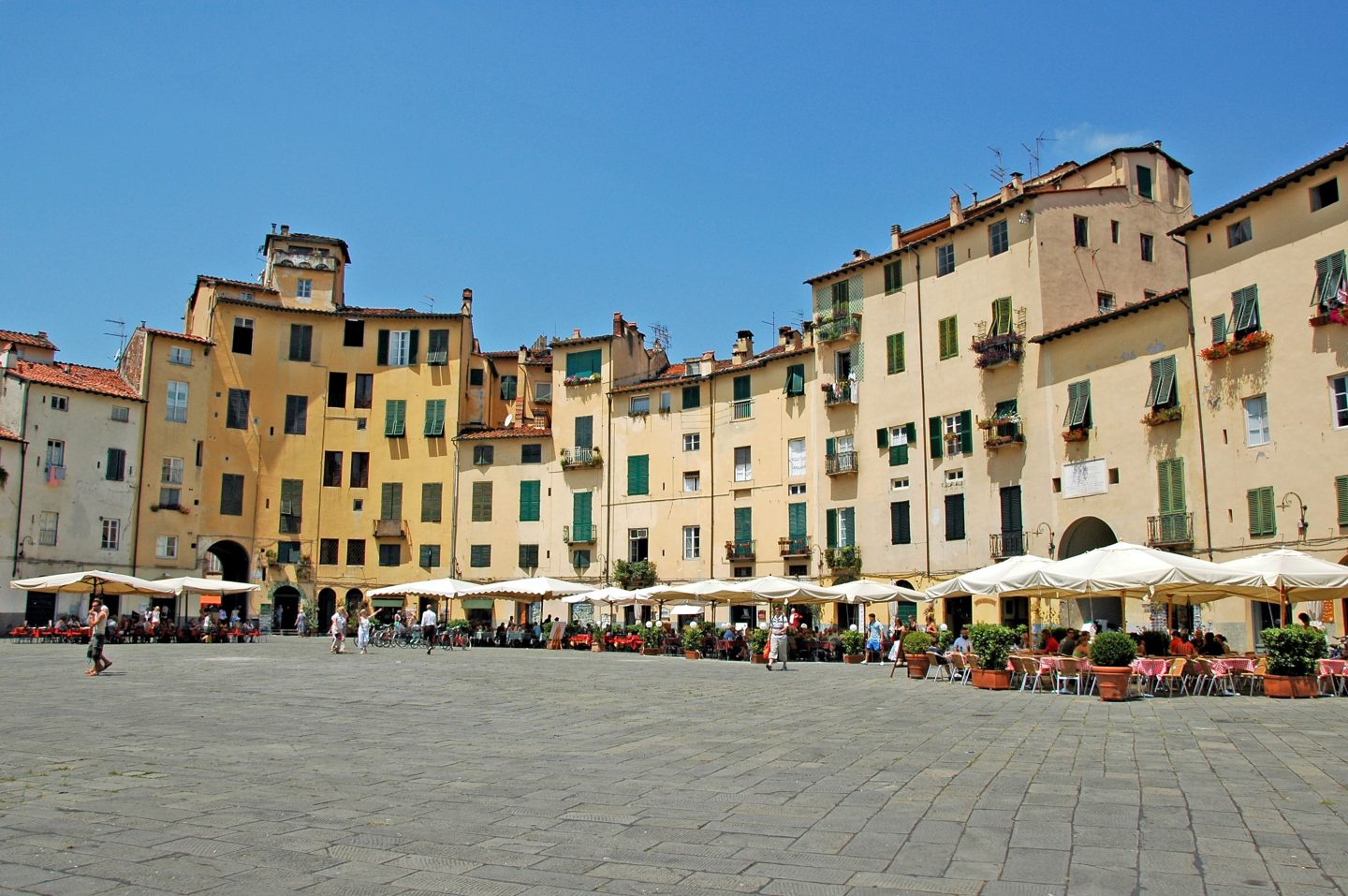 Piazza Anfiteatro in Lucca, family holiday in italy