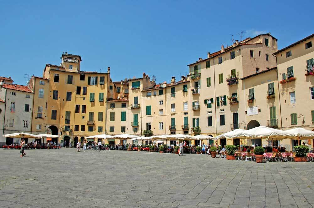 Family holiday Italy, Piazza Anfiteatro in Lucca, credit SaverioGiusti, Pixabay