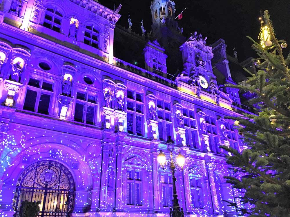 l'Hôtel de Ville in Paris lit up at Christmas time